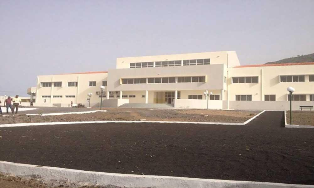 Mosteiros: Nova escola secundária já funciona