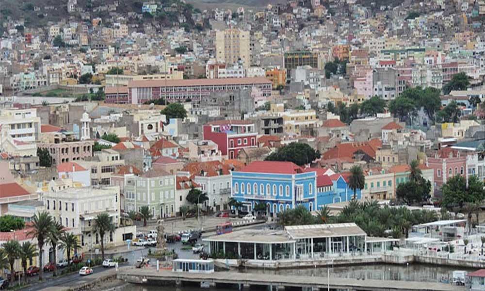São Vicente: Homem fica magoado ao cair em buraco aberto pela Electra