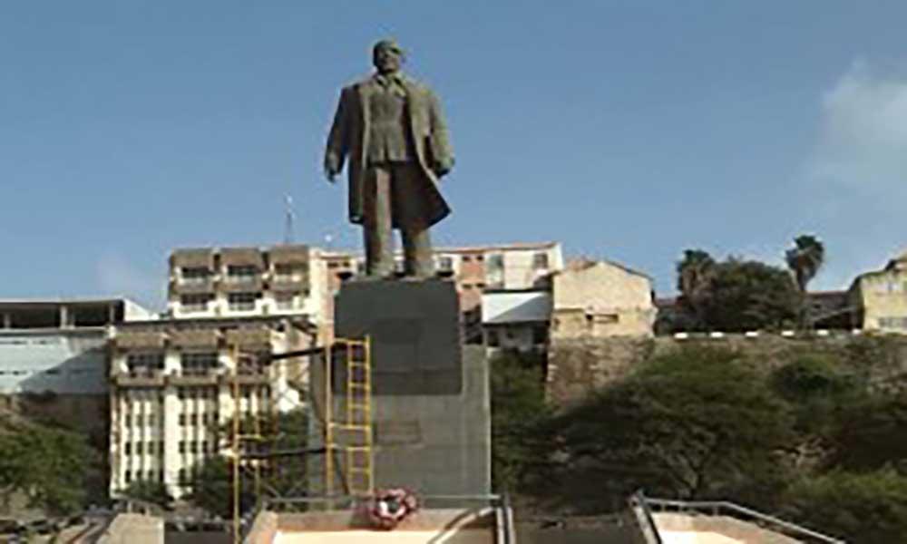 """Estátua de Cabral a caminho do """"Homem da Pedra"""""""
