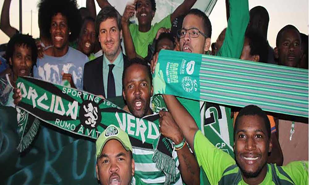 Bruno de Carvalho recebido por dezenas de sportinguistas no aeroporto da Praia