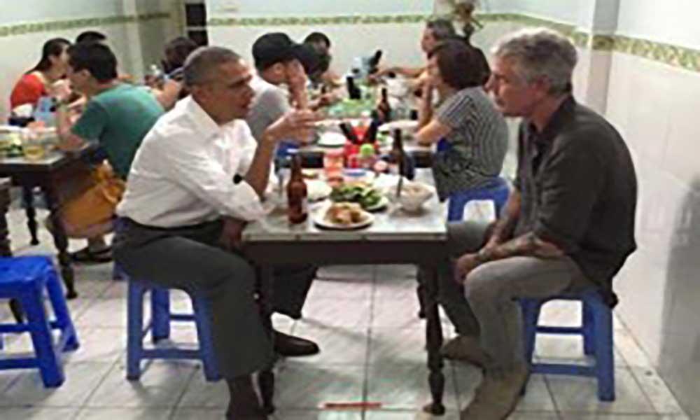 Obama e Bourdain jantam numa tasca em Hanói