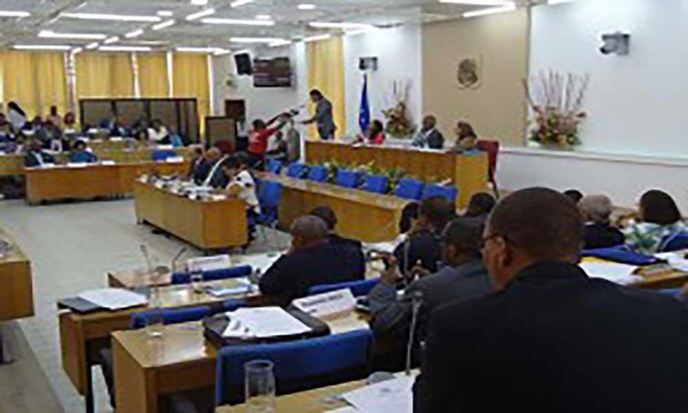 Parlamento: Proposta de lei das incompatibilidades chumbada com votos contra da oposição