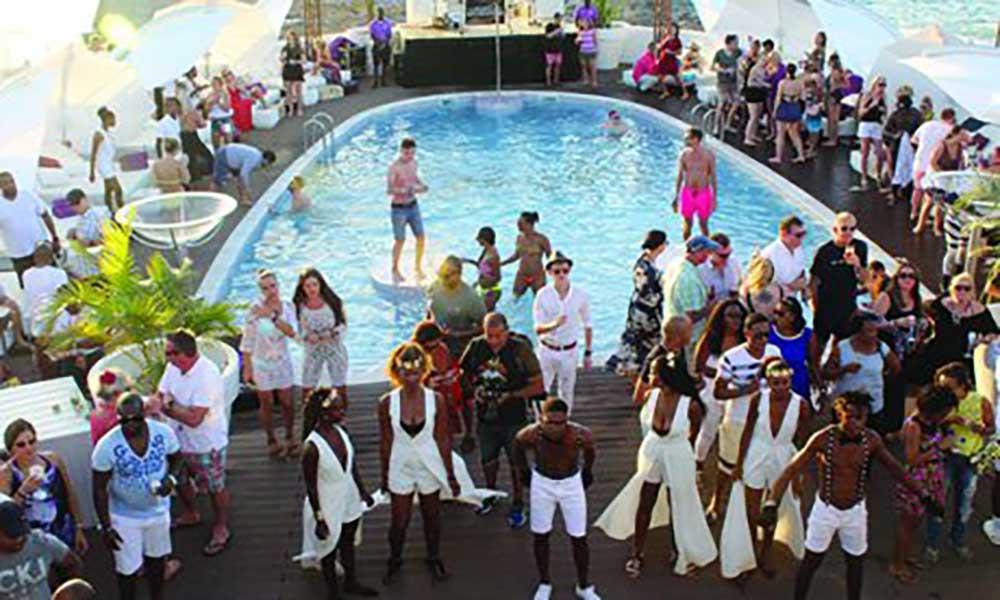 Sensualidade, glamour e anjos da Victoria Secrets marcam inauguração do Bikini Beach