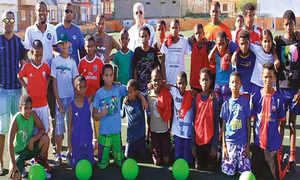 São Vicente: Escola de futebol 'Vozinha' contemplada com material desportivo
