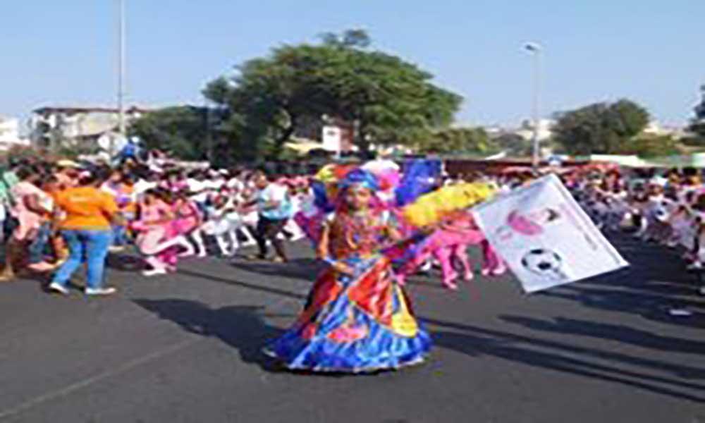 Alunos do EBI da Cidade da Praia brincam o Carnaval