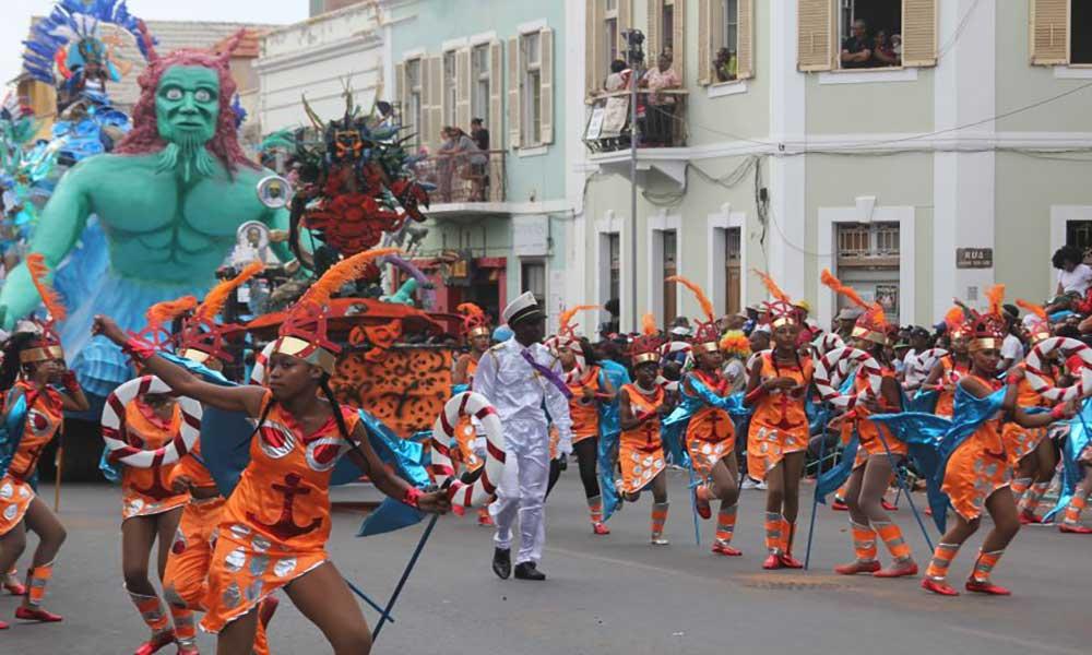 São Vicente: Atraso não tira brilho aos desfiles de Cruzeiros do Norte e Vindos do Oriente