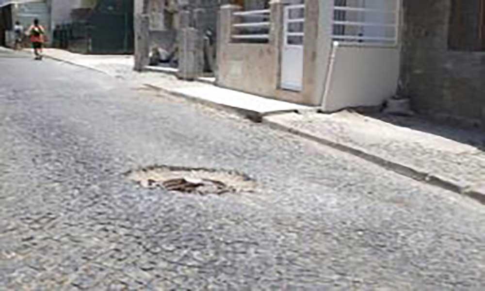 Praia: tampa de esgoto danificada causa embaraço no trânsito em Kelém