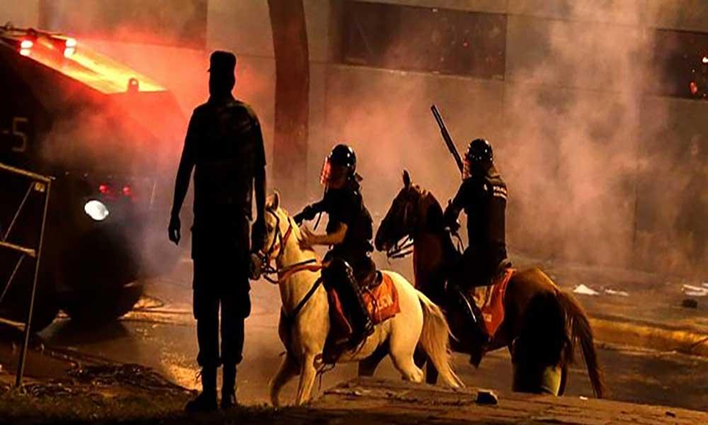 Paraguai: Congresso ocupado em violento protesto