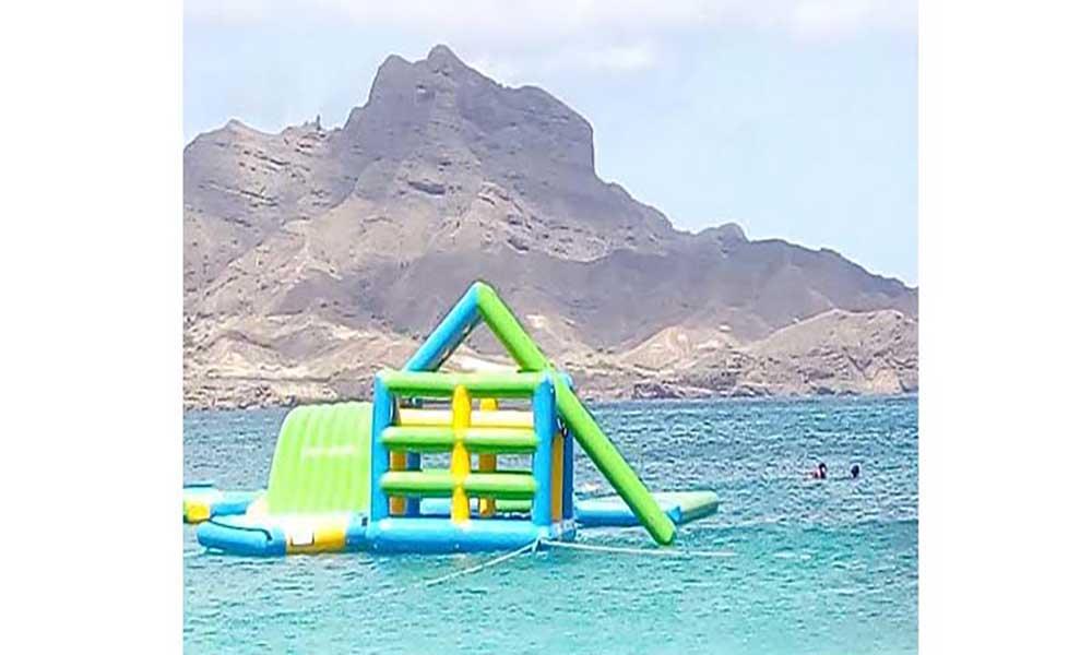 Praia da Laginha com parque aquático