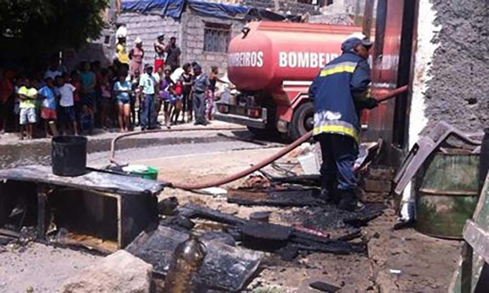Praia: Incêndio consome residência em Santaninha (com fotos)