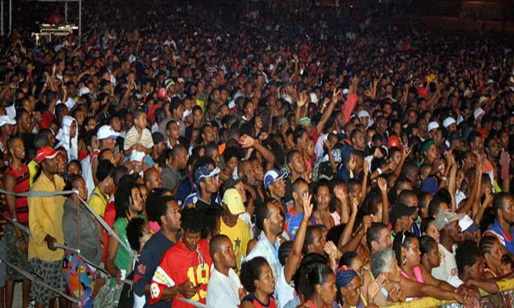 Baía das Gatas volta a atrair milhares em São Vicente