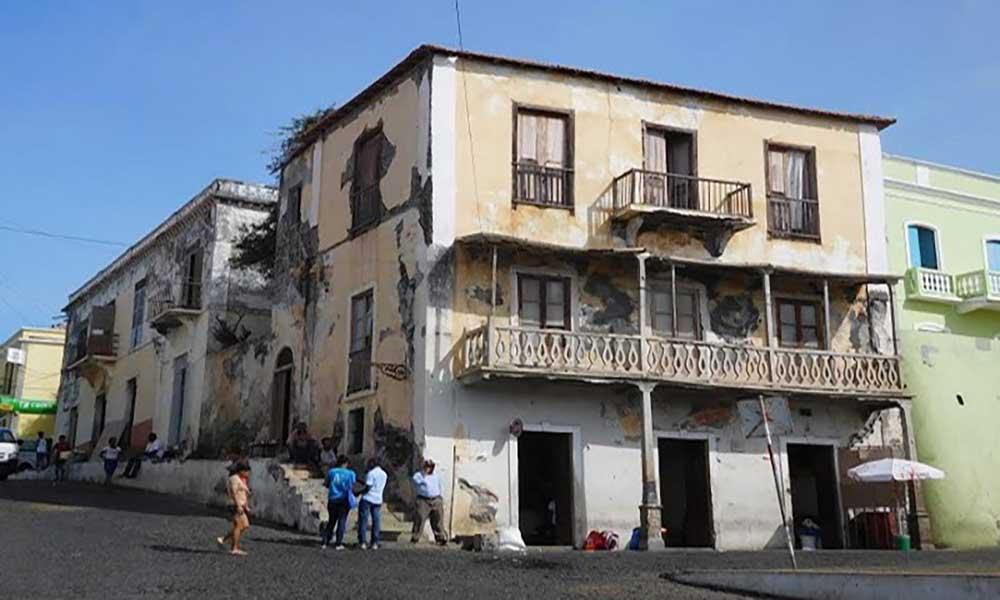 São Filipe: Sobrado interditado pela Câmara por perigo de desabamento continua funcional