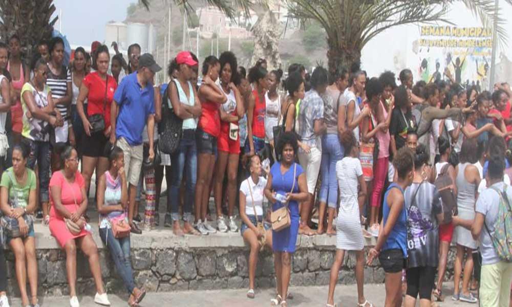 São Vicente: Trabalhadores da Frescomar realizam manifestação à frente da Câmara municipal