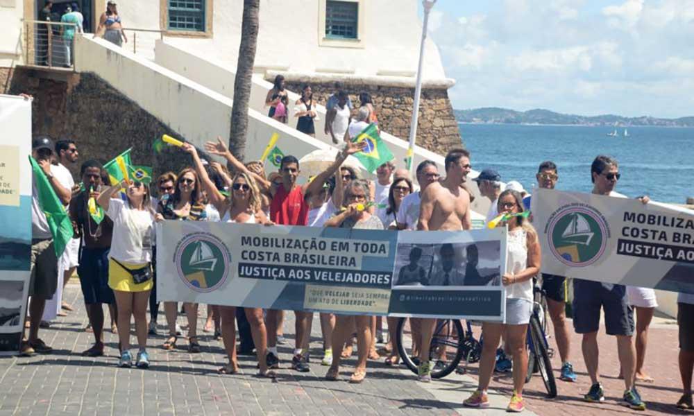 Familiares e amigos dos velejadores brasileiros realizam manifestação em prol da liberdade