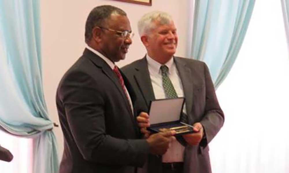 Embaixador dos EUA recebe chave da Cidade da Praia