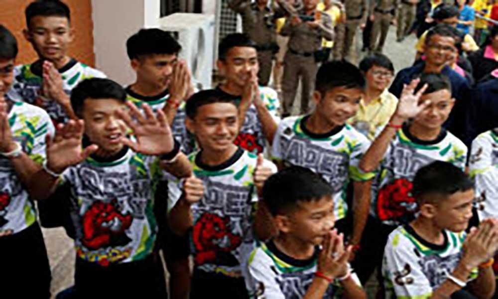 """Tailândia: Rapazes descrevem salvamento da gruta como """"um milagre"""""""