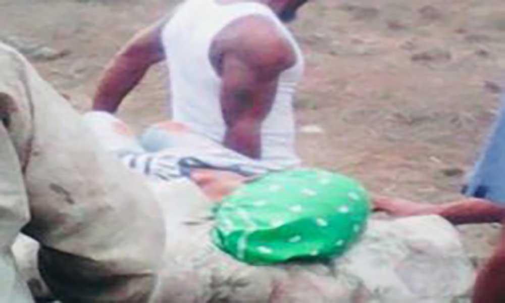 Fogo: População improvisa maca para transportar doente a pé devido à falta de condições da estrada de acesso