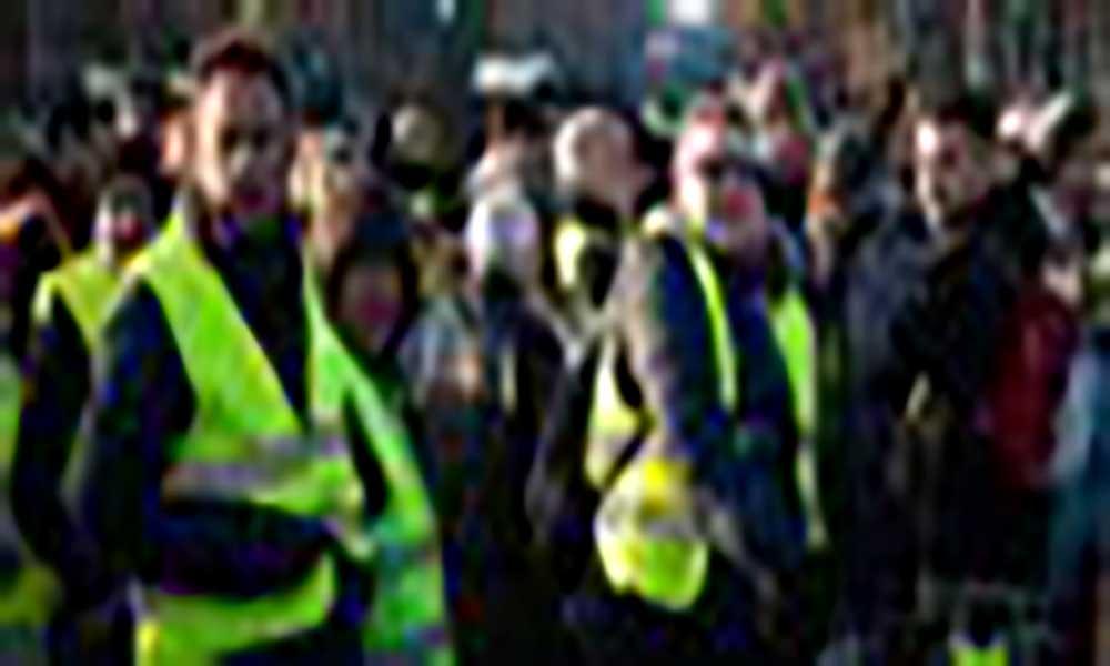 """França: """"Coletes amarelos"""" continuam a bloquear estradas"""